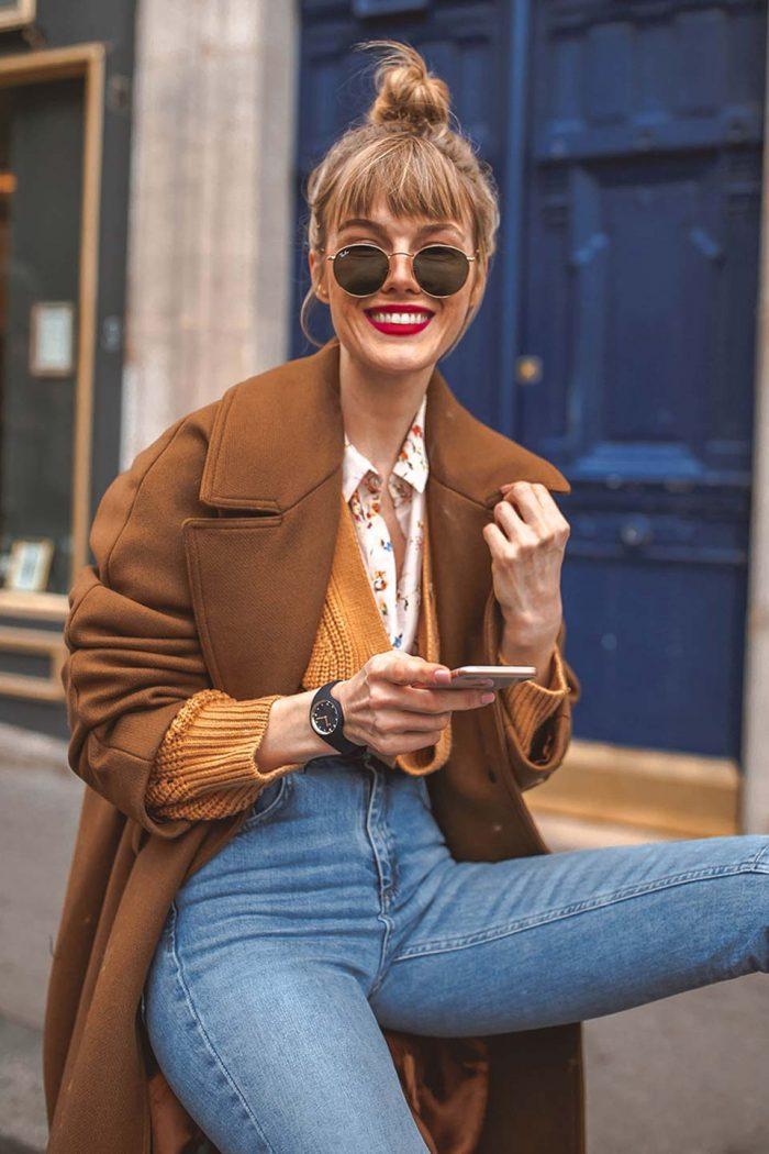 mantel, wollmantel, strickjacke, bluse, brille, jeans denim