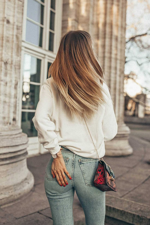 haare, gesund, blond, gefärbt, blonde strähnchen, jeans, popo, minibag, tasche, balayage