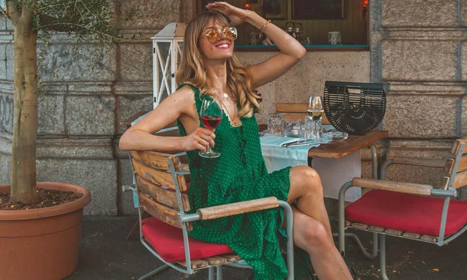 grünes kleid, kleid, sommerkleid, outfit, bar, strohtasche, sonnenbrille