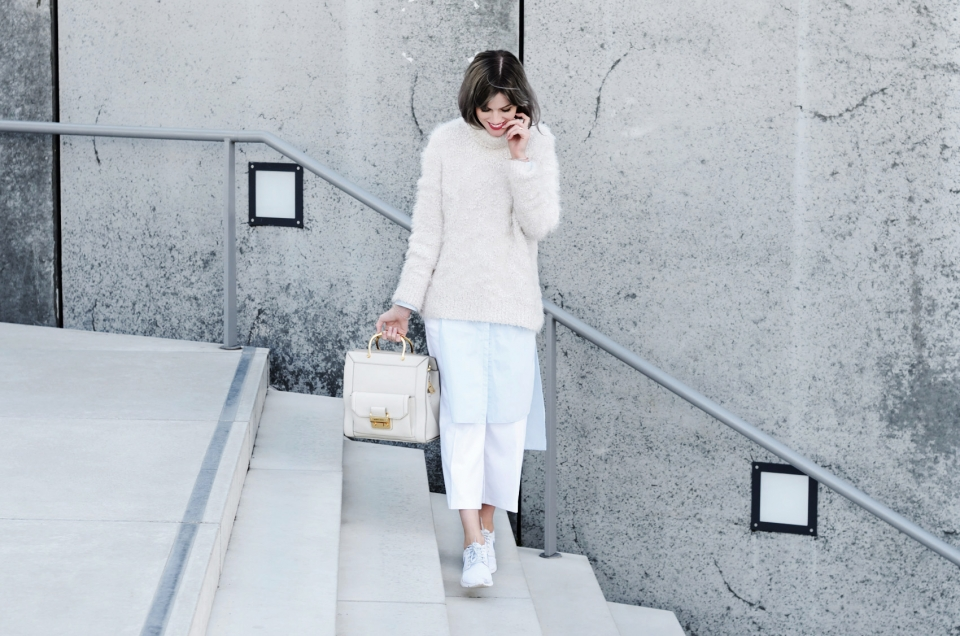fall look, white, long blouse, sneakers, white handbag