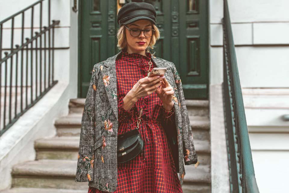 handy, kleid, karo, mütze, blazer, brille