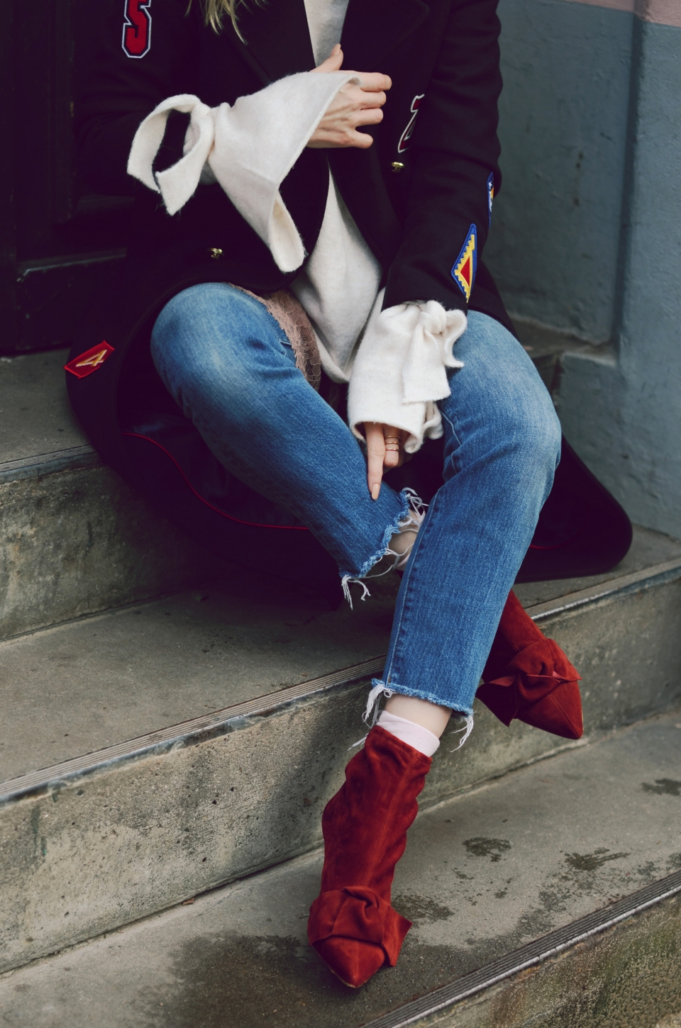 knitted sweater, wide sleeves, suede boots