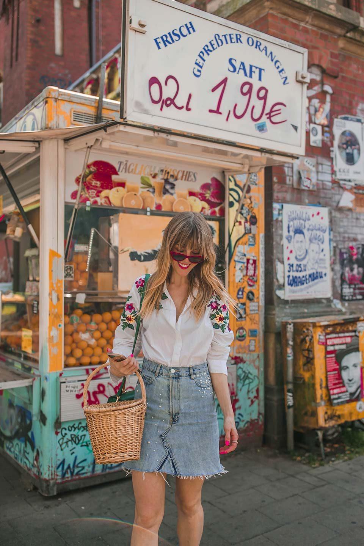 jeans, denim, denim skirt, jeansrock, bluse, stickerei, florale muster, sonnebrille, vintage, korb, handtasche, sneaker, sommer, frühling