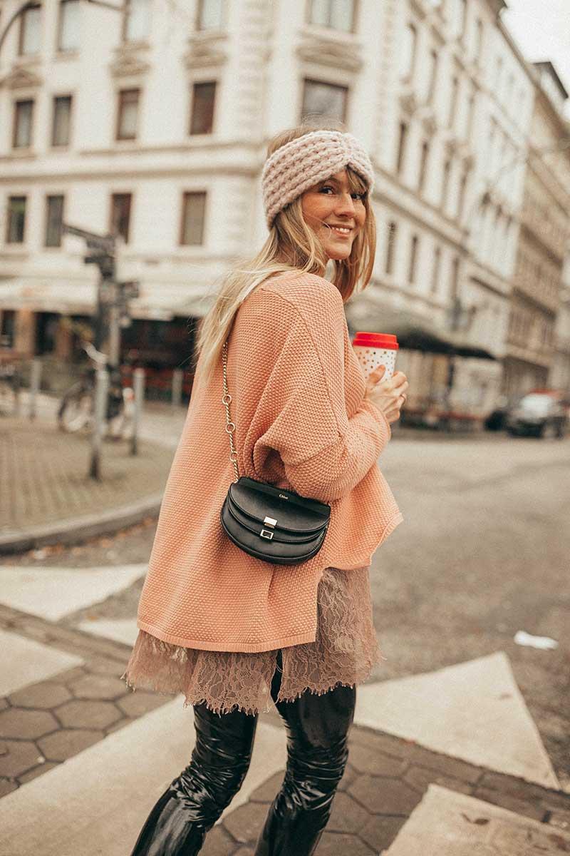 strick, grobstrick, pullover knit, jeans, denim, travel, chloe, bag, designertasche, handtasche, bluse, sommer, sonne, haare, hairdo