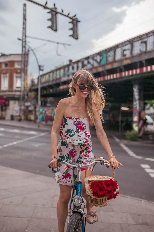 off shoulder, schulterfrei, trägerlos, kleid, sommerkleid, sonnenbrille, fahrrad, blumen, korb