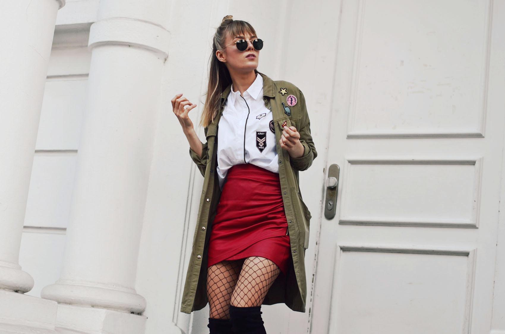 roter rock, lederrock, overknees, stiefel, netzstrumpfhose, bluse, parka, sonnenbrille