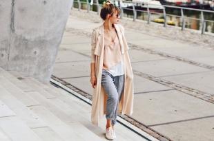 camisole, trenchcoat, rosa, bundfaltenhose, adidas gazelle, sneaker, turnschuhe, ray ban, mister spex, rosa verspiegelt