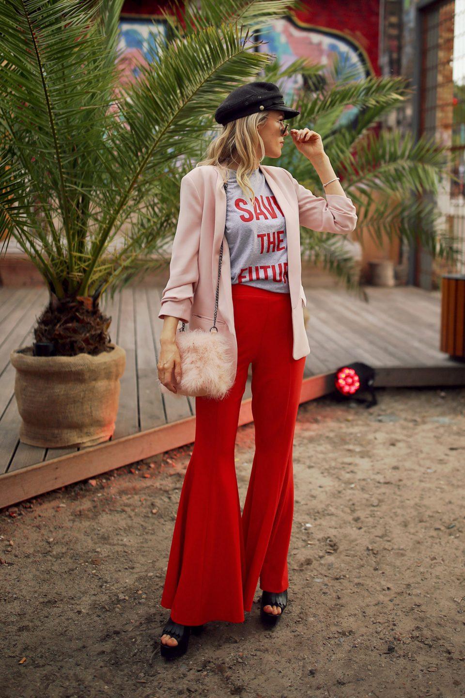 rosa, blazer, business look, rote hose, stoffhose, statementshirt, federn, federtasche, handtasche, hut, mütze