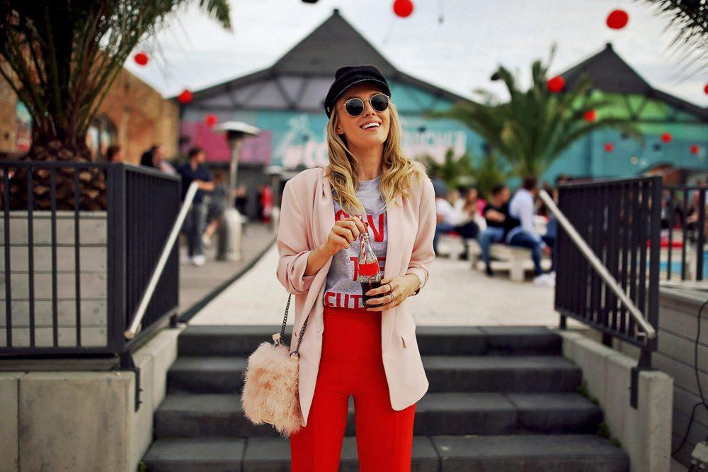 rot, rosa, schlaghose, blazer, rosa, shirt, tshirt, statement shirt, handtasche, federn, hut