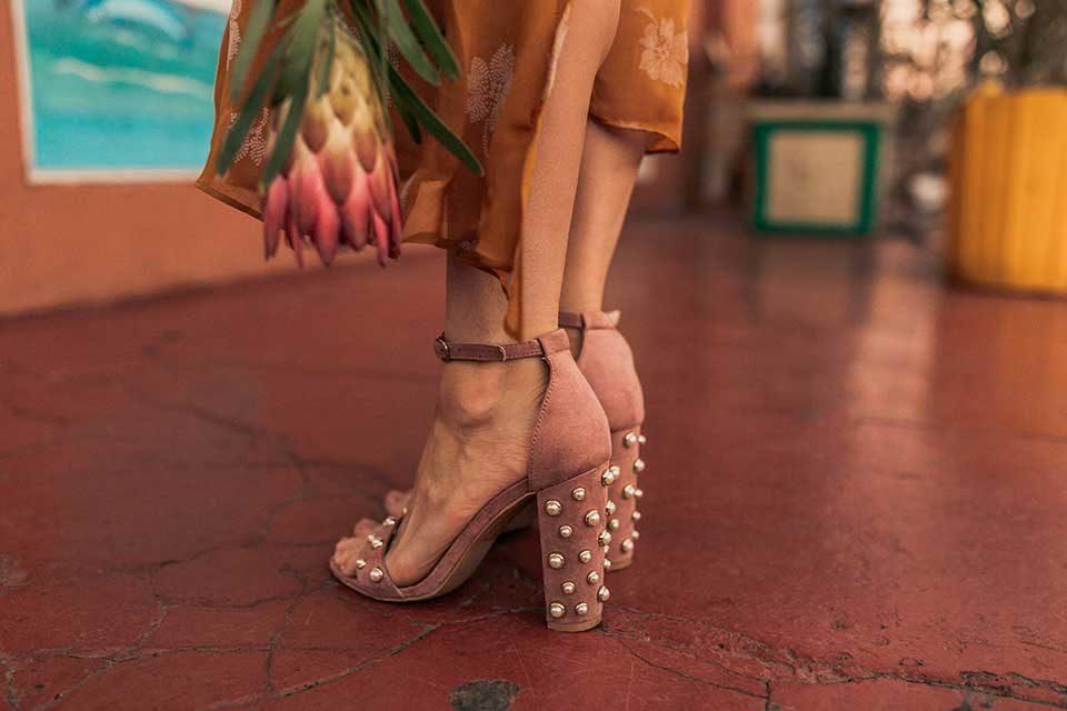 gelbes kleid, schuhe, pumps, sandaletten, senfgelb, gelb, kleid, sommerkleid, sandaletten, rosa, sonnenbrille, protea, strohtasche, tasche, volants, outfit