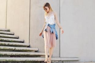 Tüllrock kombinieren, sandaletten, camisole shirt, jeansjacke