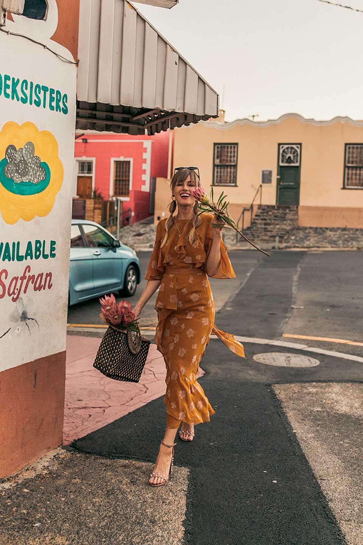 gelbes kleid, senfgelb, gelb, kleid, sommerkleid, sandaletten, rosa, sonnenbrille, protea, strohtasche, tasche, volants, outfit