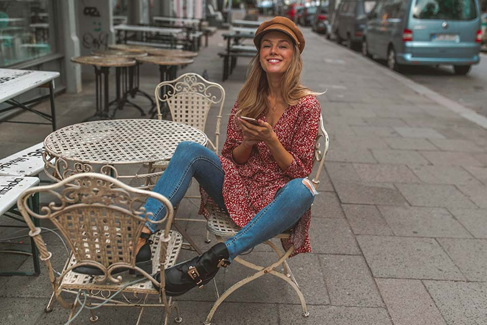 kleid, shirt, long shirt, dress, layering, jeans, boots, hut, hat, baker boy hat, handy, smile, fun, zähne, restaurant