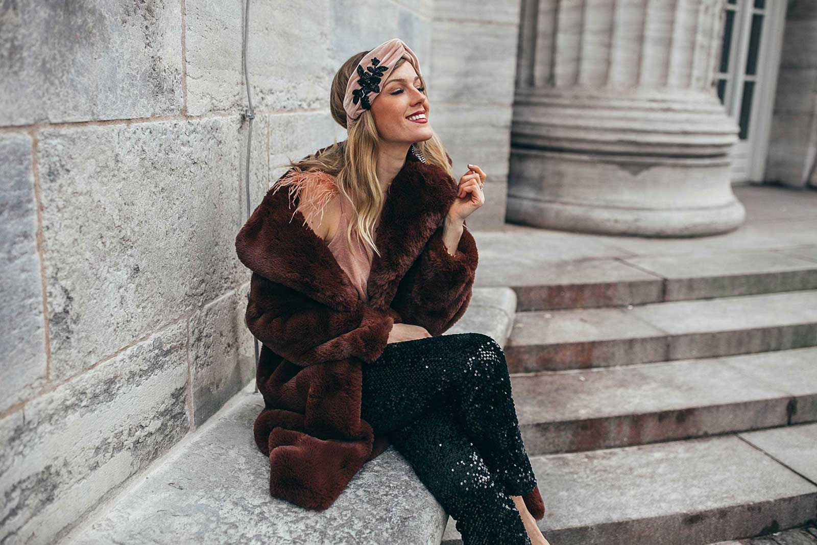 silvester, look, outfit, pailletten, fake fur mantel, haarband, pumps, festive looks, xmas,