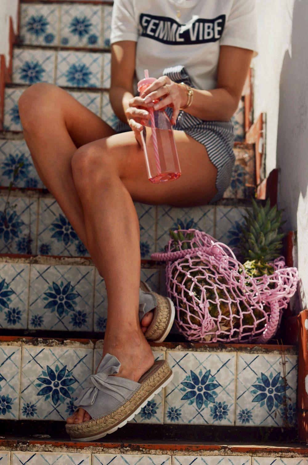 plateauschuhe, sandalen, sommerschuhe, plateau, shorts, hose, shirt, statementshirt, sommer, muschelsaum