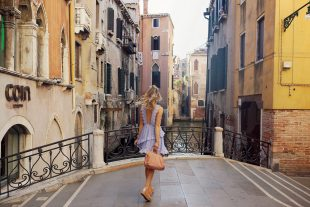 spitzenkleid, rot, kleid, sommerkleid, superga, sneaker, plateau, handtasche, rüschen