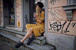 gelb, kleid, rock, plissee, plisseerock, mütze, hut, plateau, schuhe, sneaker, blazer