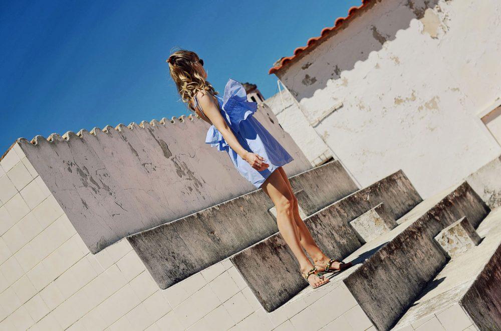 volants, volantkleid, sandalen, sommer, outfit, style, kleid, sommerkleid, beachwaves, zehensandalen, hellblau, slider, outfit