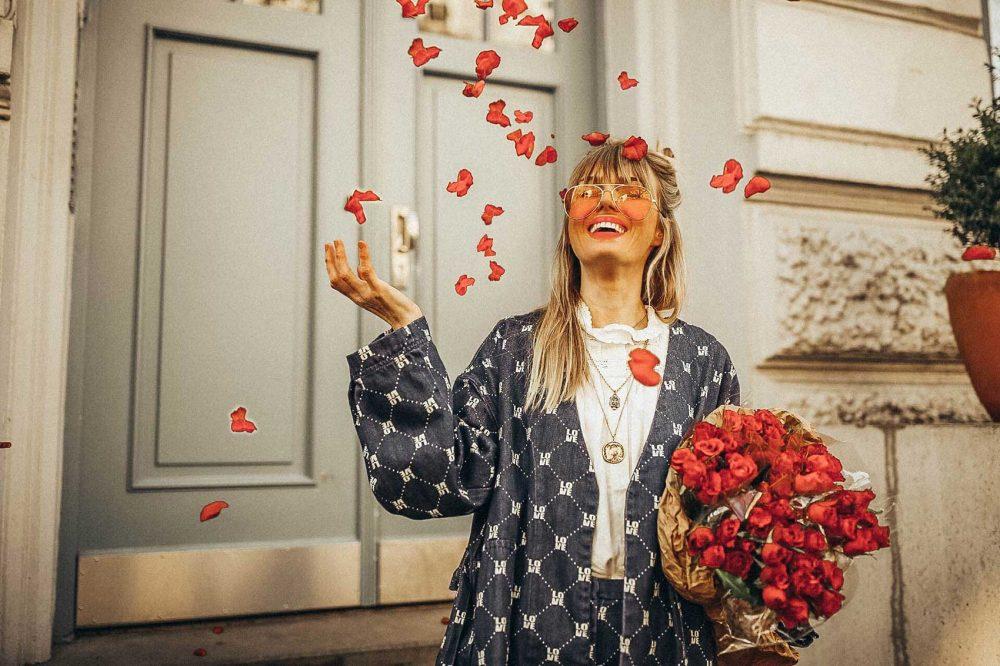 anzug, valentinstag, rosen, bauchtasche, beltbag, bluse, romantisch, sonnenbrille, ketten, filigrane ketten, chanelkette, chanel, rosen, blumen, zweiteiler